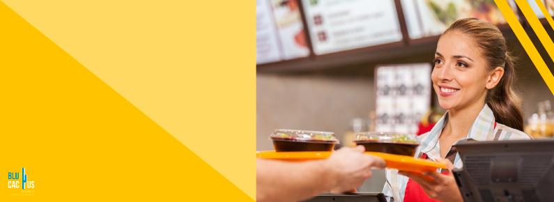 BluCactus - Mujer recibiendo su comida en un restaurante